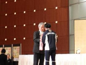 金栗杯を坂梨町長から大津選手へ授与