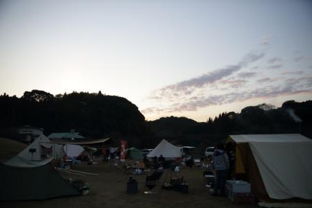 キャンプ風景、夕方1