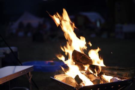 キャンプ風景、焚火