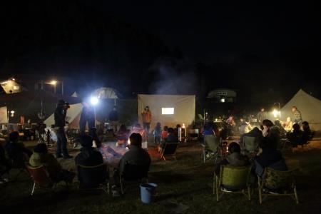 キャンプ風景、夜の団らん