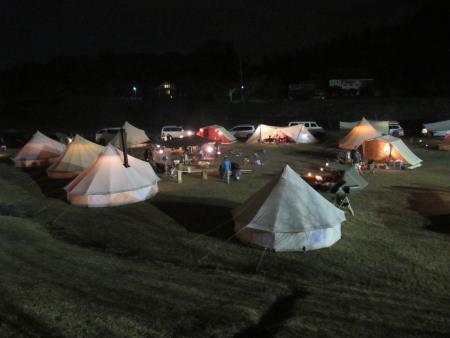 キャンプ風景、夜のテント明かり2