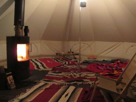 キャンプ風景、夜、テント内