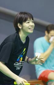 廣田選手がバドミントンを楽しんでいる写真